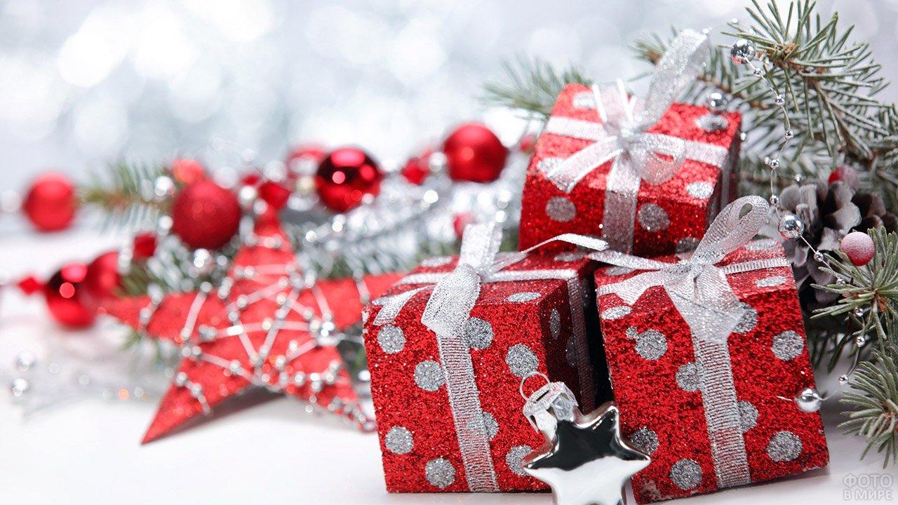 Ёлочные игрушки в виде подарочных коробочек с серебряными ленточками