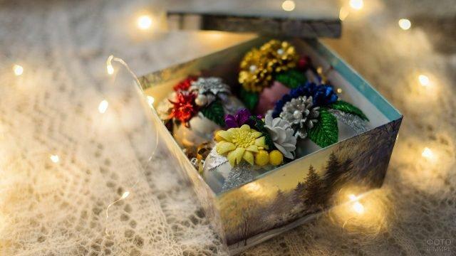 Коробочка с ёлочными шарами, украшенными своими руками