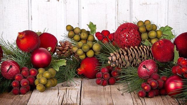Новогодняя гирлянда из ёлочных игрушек, веток, шишек и ягод