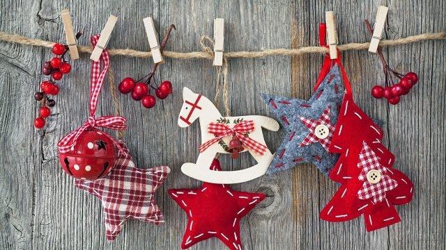Самодельные ёлочные игрушки из фетра и деревянная лошадка