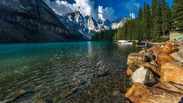 Большие камни и пристань на берегу озера