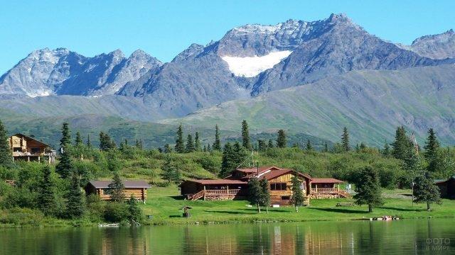 Деревянные домики на побережье озера на Аляске