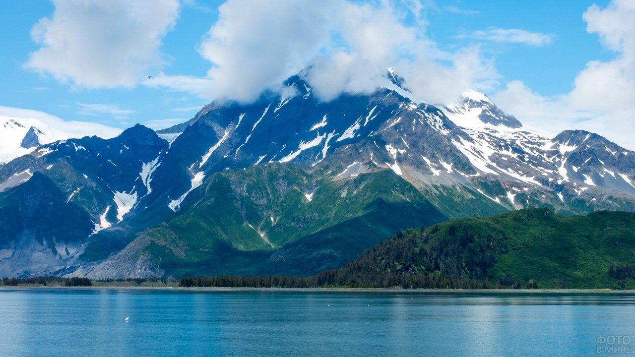 Голубое озеро на фоне большой горы
