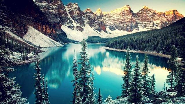 Горы, озеро и верхушки деревьев