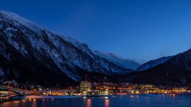 Ночной вид городка Джуно на Аляске