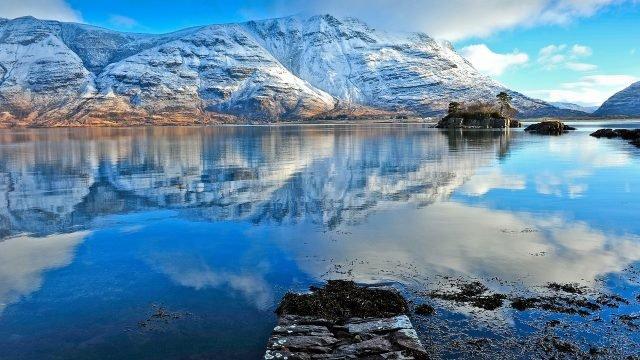 Отражение снежных гор в озере