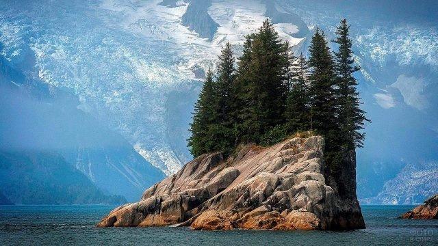 Скала в озере в национальном парке Кенай Фьордс