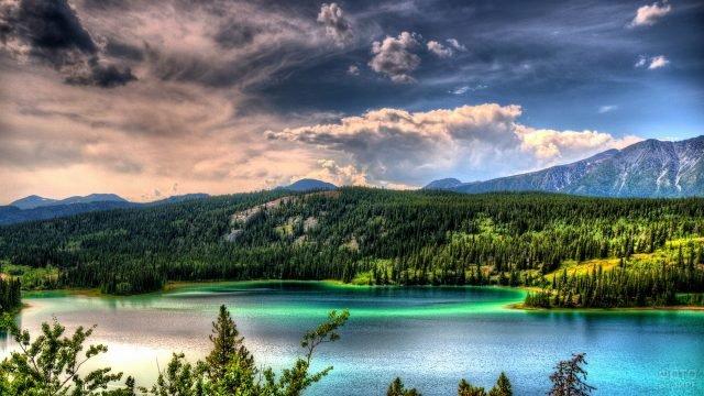 Восхитительный вид озера и гор на Аляске