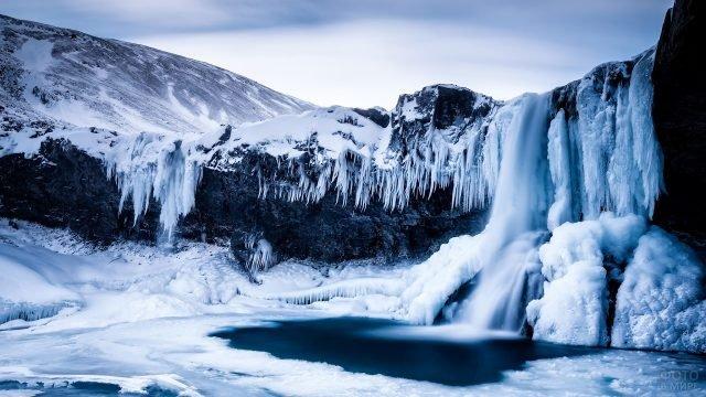 Замёрзший водопад над озером