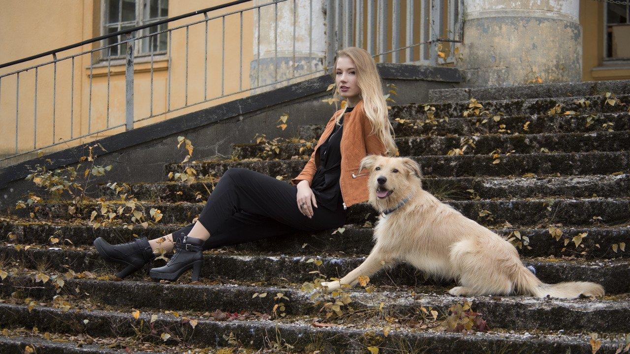 Блондинка на ступеньках с пушистой собакой