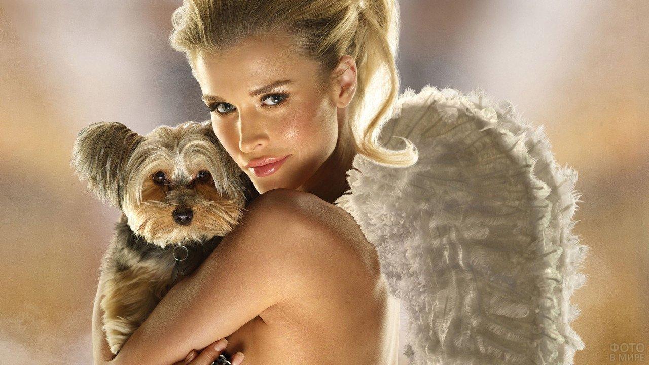 Девушка с ангельскими крыльями с маленькой собакой на руках