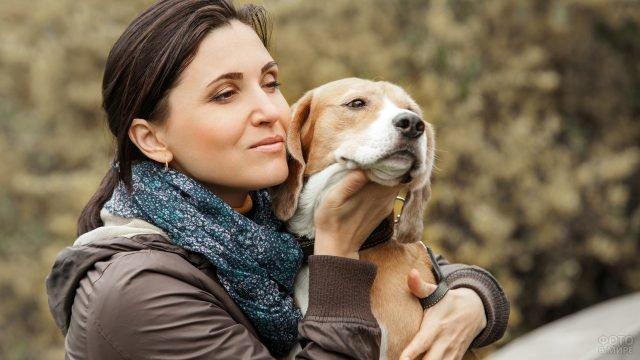 Девушка с тёмными волосами нежно обнимает собаку