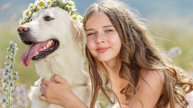 Молодая девушка с собакой у которой на голове венок
