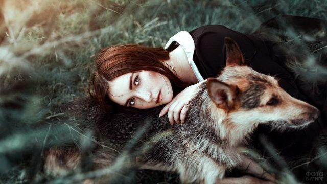 Рыжая девушка положила голову на спину собаке