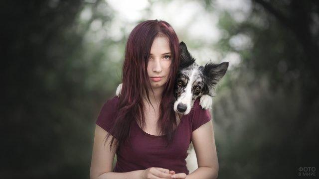 Собака на плечах у девушки с бордовыми волосами
