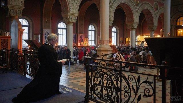 Коленопреклонённые православные во время Чина Прощения в Кронштадте