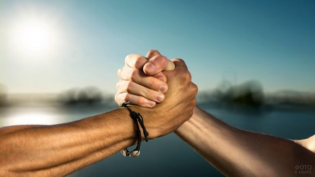 Крепкое мужское рукопожатие помирившихся друзей