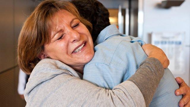 Мама крепко обнимает взрослого сына в знак прощения