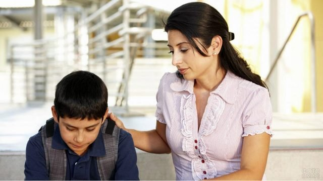 Мама положила руку на плечо извинившемуся сыну-школьнику