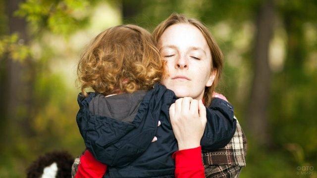 Мама самозабвенно обнимает нашкодившего малыша