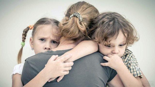 Мама сжимает в объятиях поссорившихся малышей