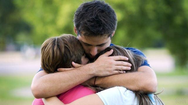 Объятия родных - раскаяние и прощение