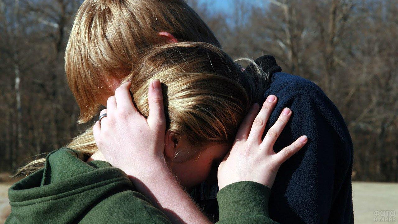 Подростки обнимают друг друга в знак прощения