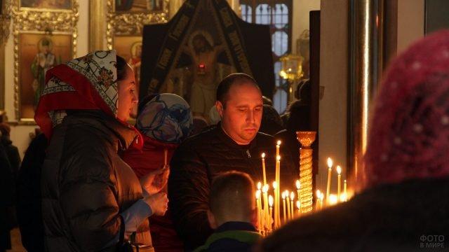 Православные ставят свечи в храме и просят прощения