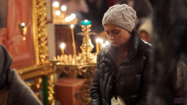 Женщина молится в храме Христа Спасителя и просит прощения