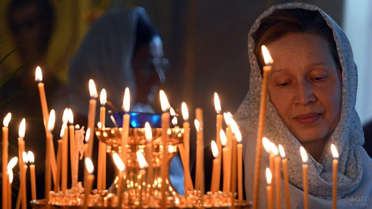 Женщина в церкви в Прощёное воскресенье