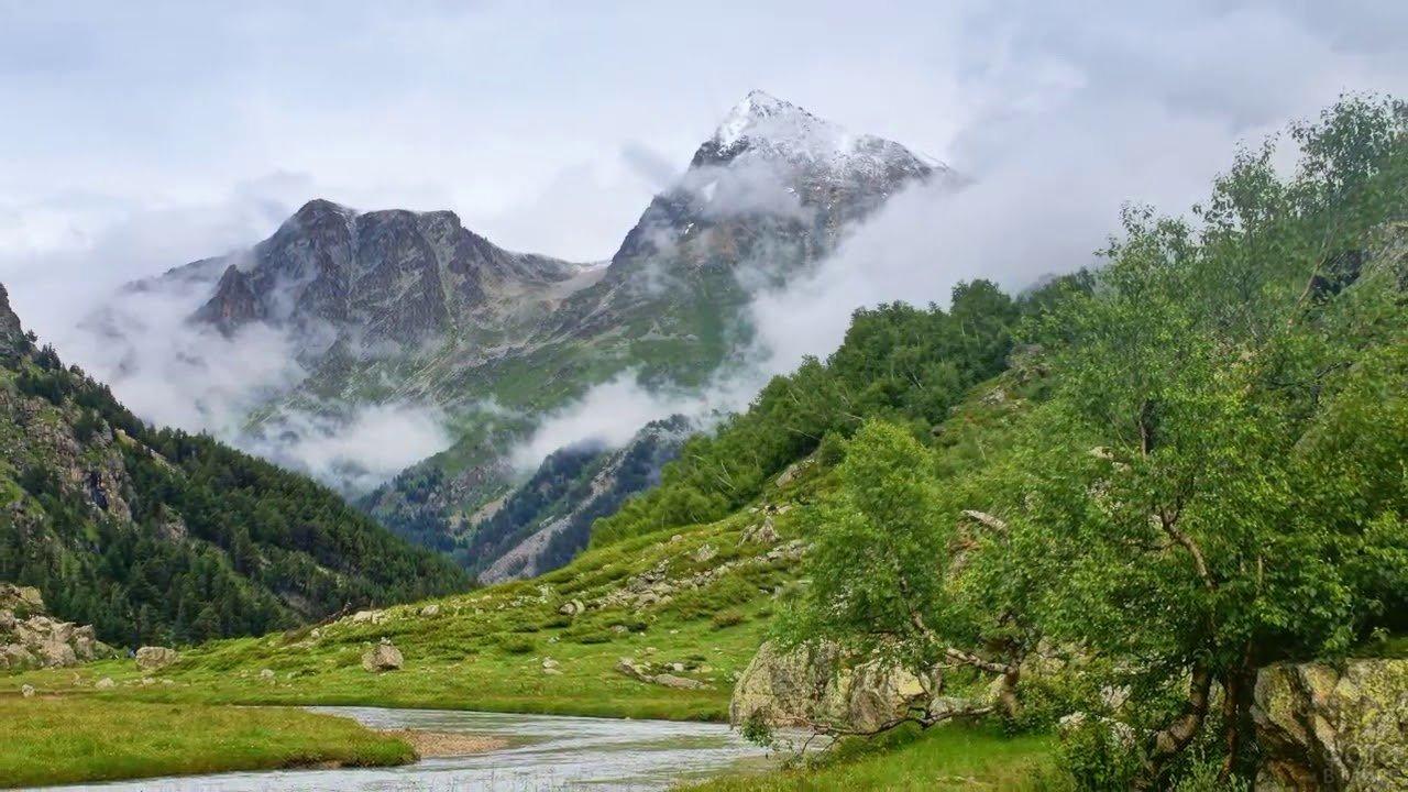 Горная река у подножья Эльбруса летом