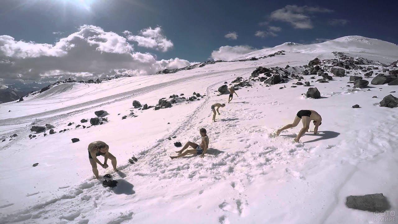 Купание в снегу на Эльбрусе
