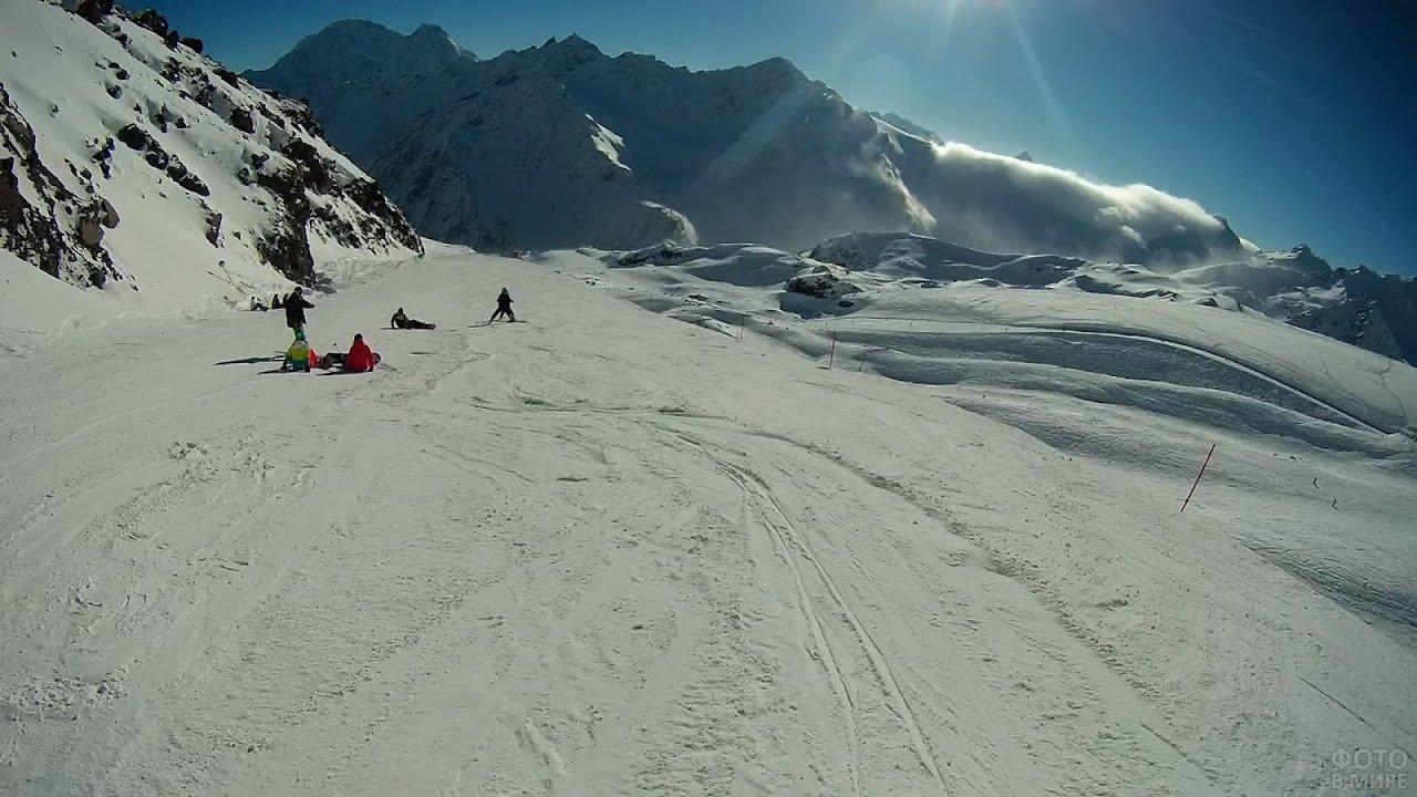 Люди катаются на склоне Эльбруса