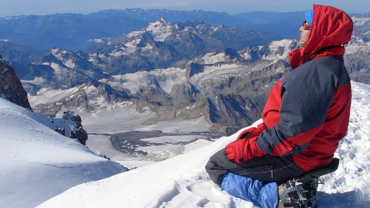 Турист на вершине Эльбруса