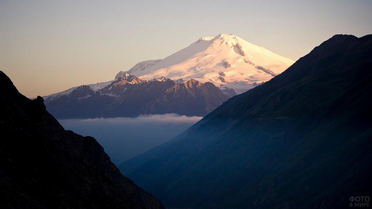 Вершина Эльбруса в лучах солнца