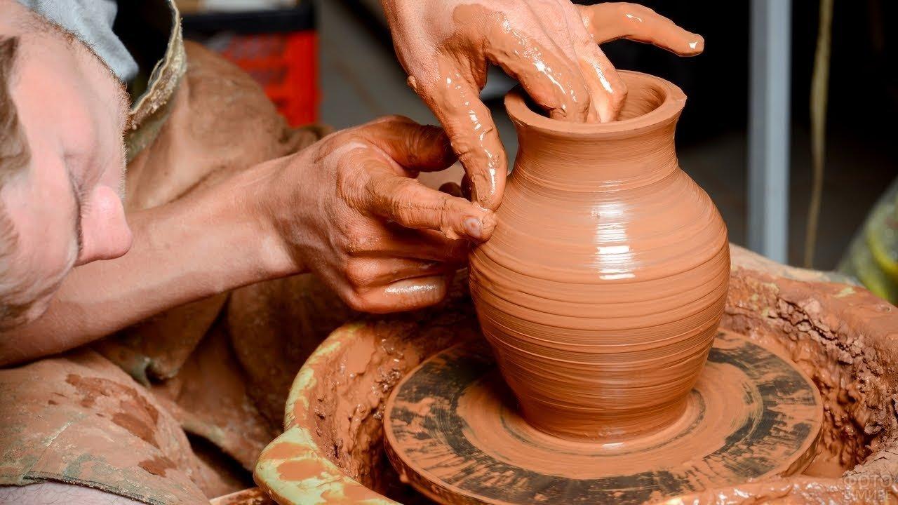 Мастер за работой над вазой в Аваносе