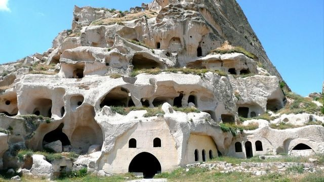 Пещерные дома летним днём