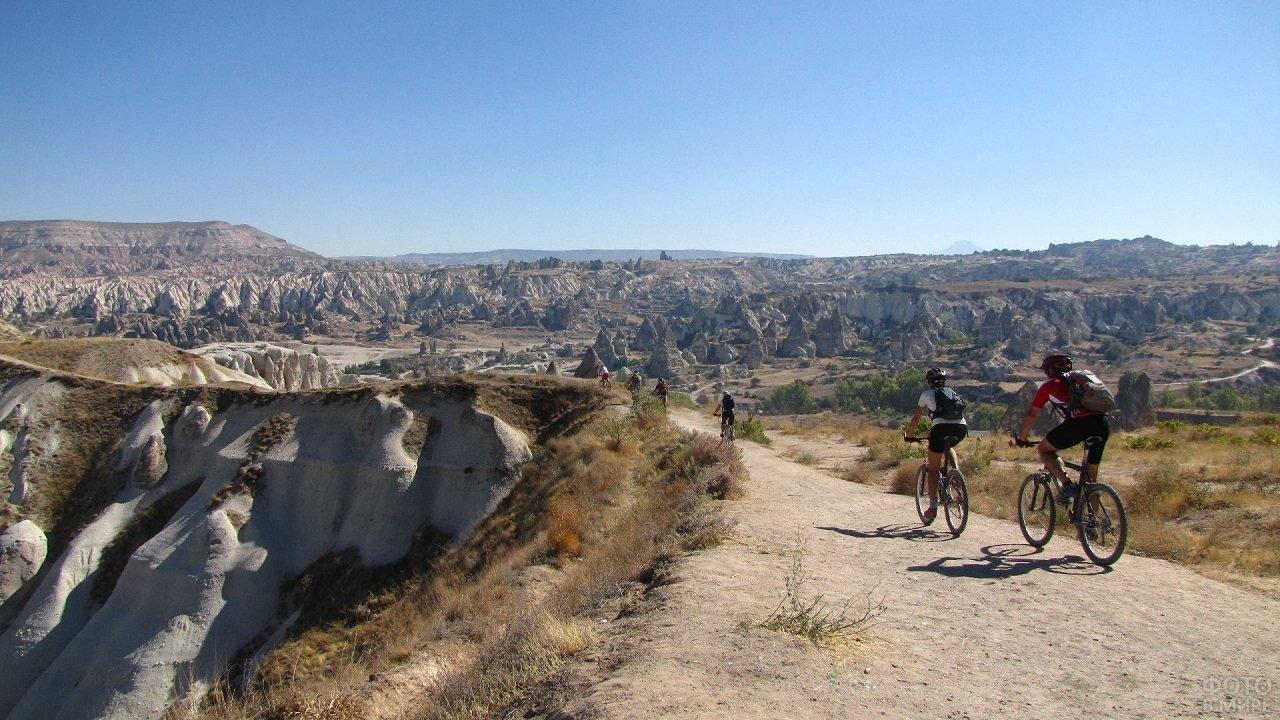 Велосипедисты на прогулке в долине