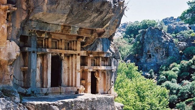 Вход в гробницы в скалах