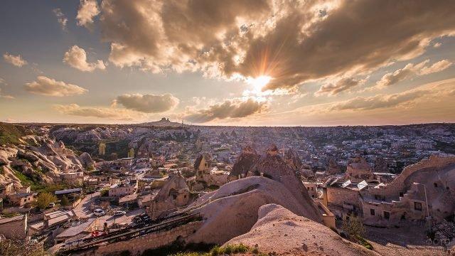 Вид на Каппадокию в лучах солнца с высоты