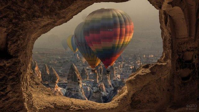 Вид на ряд воздушных шаров из пещеры