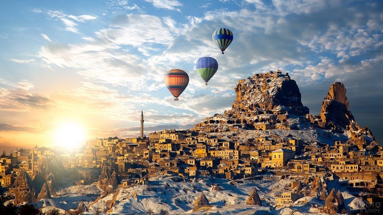 Воздушные шары над зимней Каппадокией на рассвете
