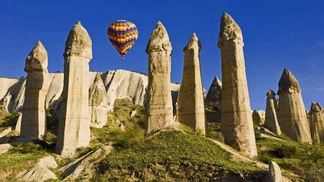 Воздушный шар между столбами в долине любви