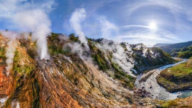 Долина гейзеров с дымящимися склонами на Камчатке