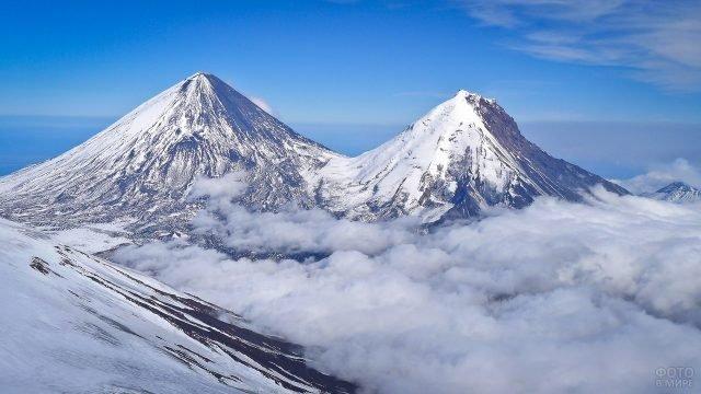 Две горные вершины в облаках