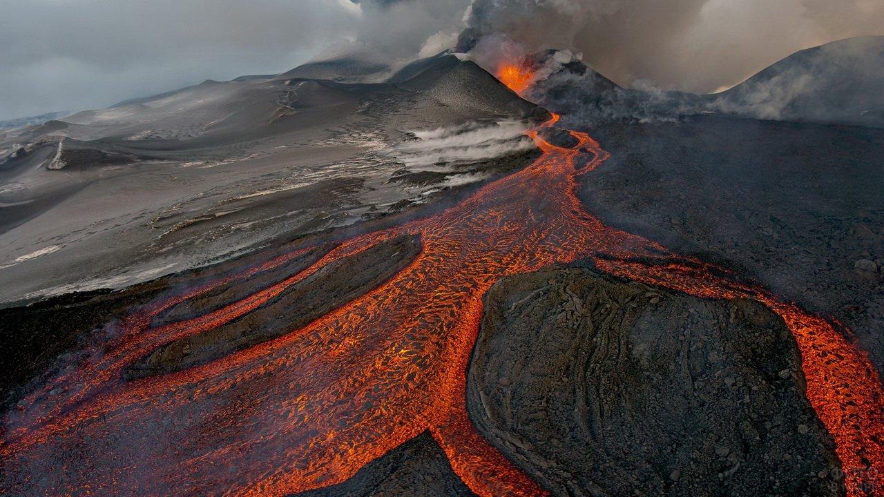 Лава извергающегося вулкана плоский толбачик