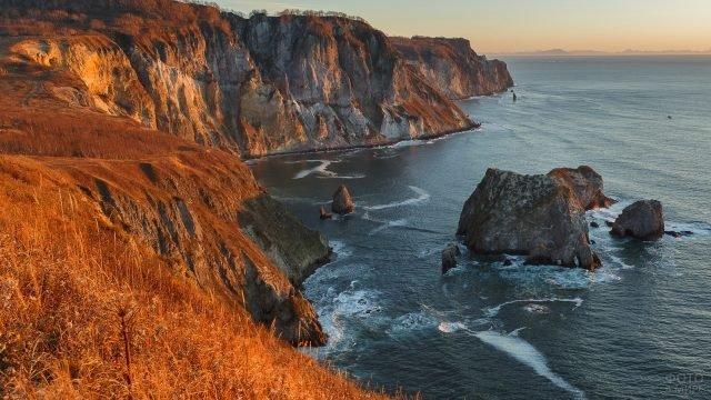 Океан и скалы Камчатки в солнечном свете