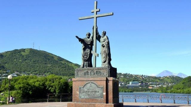 Памятник Петру и Павлу на Камчатке