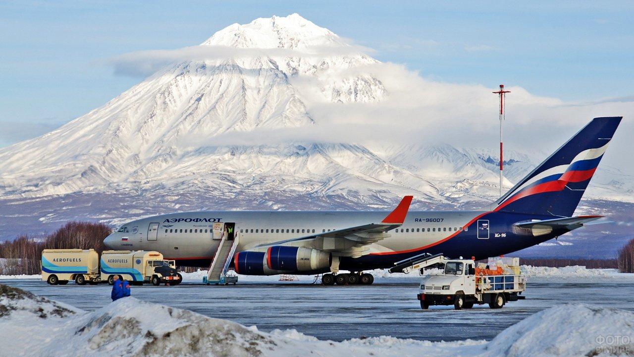 Самолёт Аэрофлота на Камчатке на фоне горы