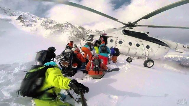 Туристы на Камчатке грузятся в вертолёт